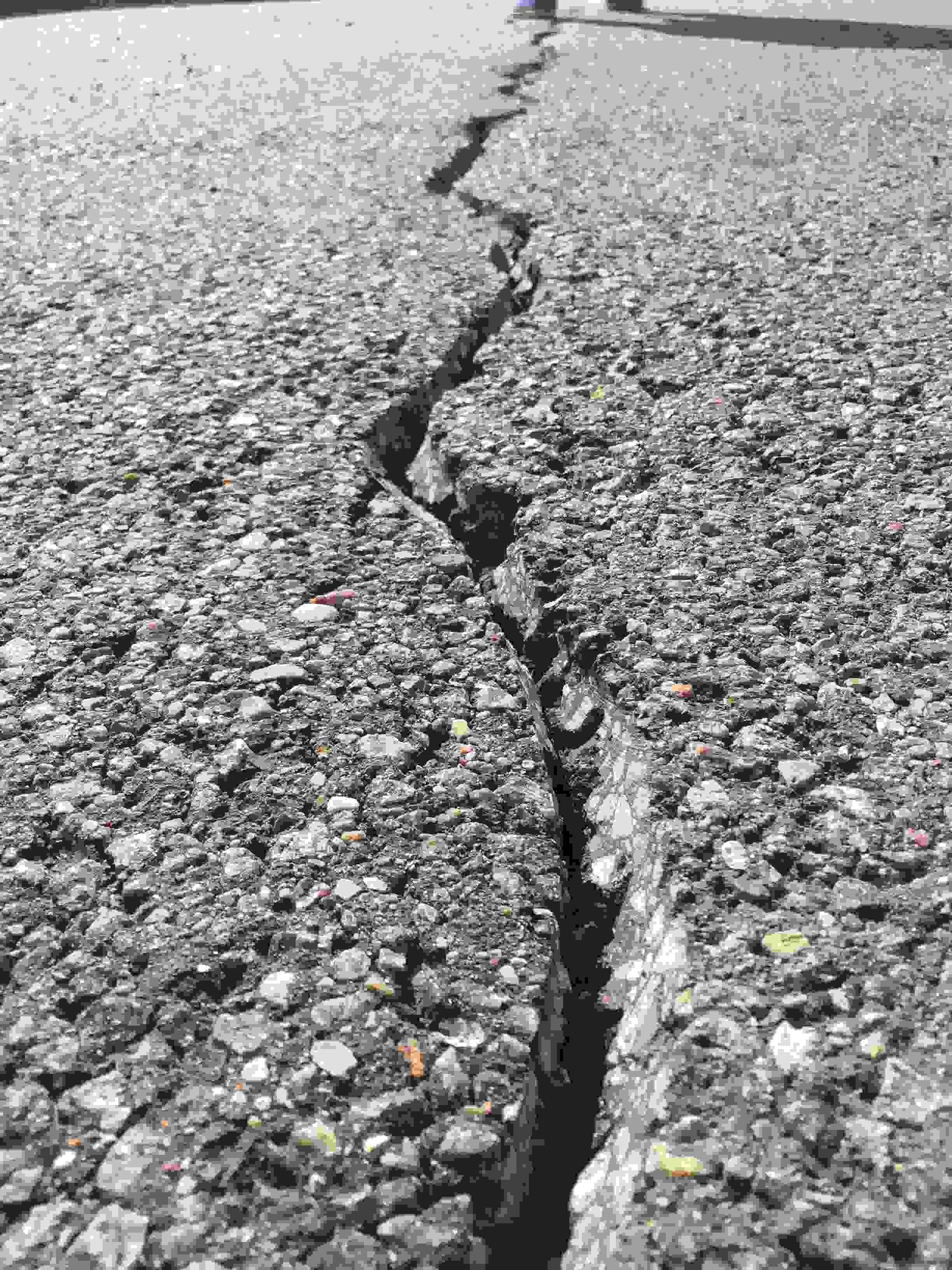 Įtrūkimų remontas ir hermetizavimas asfalto dangoje